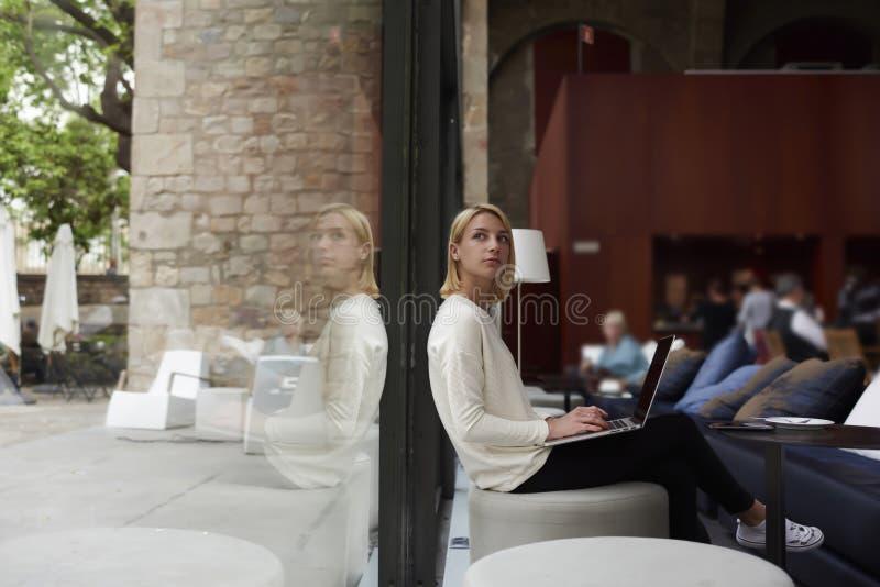 Ung affärskvinna på arbete för arbetsavbrott arkivfoton