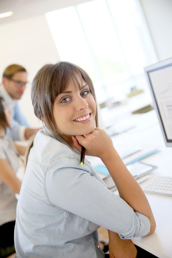ung affärskvinna på den skrivbords- datoren royaltyfria foton