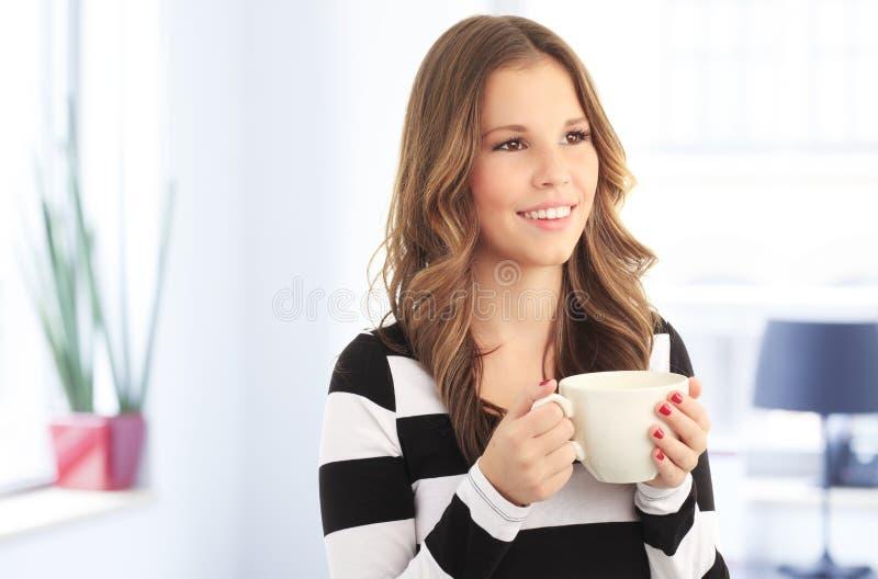 Ung affärskvinna på kaffeavbrott. arkivfoto