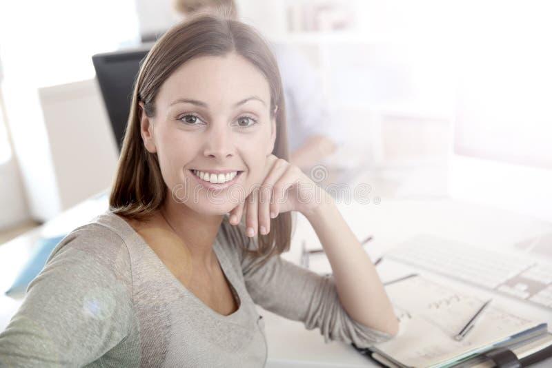 Ung affärskvinna på kontoret fotografering för bildbyråer