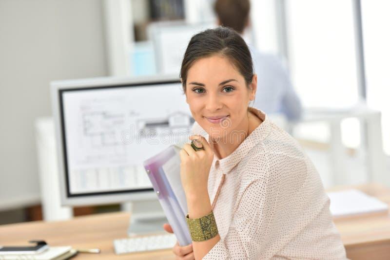 Ung affärskvinna på kontorsarbete royaltyfria foton