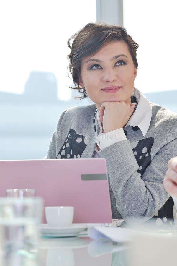 Ung affärskvinna på möte fotografering för bildbyråer