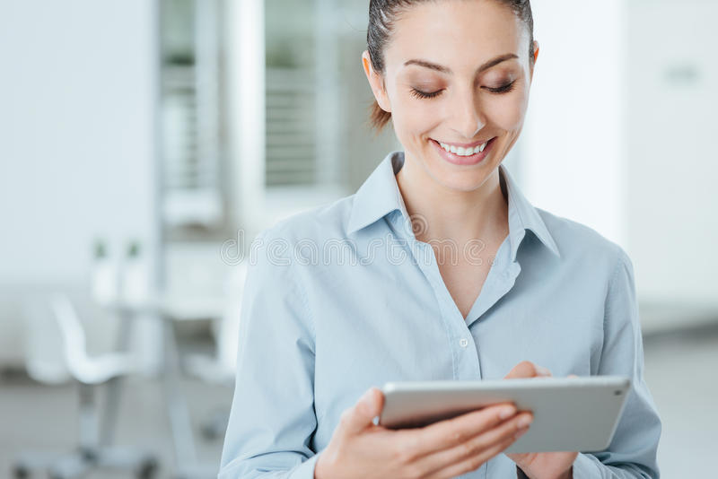 Ung affärskvinna som använder en digital minnestavla royaltyfri fotografi