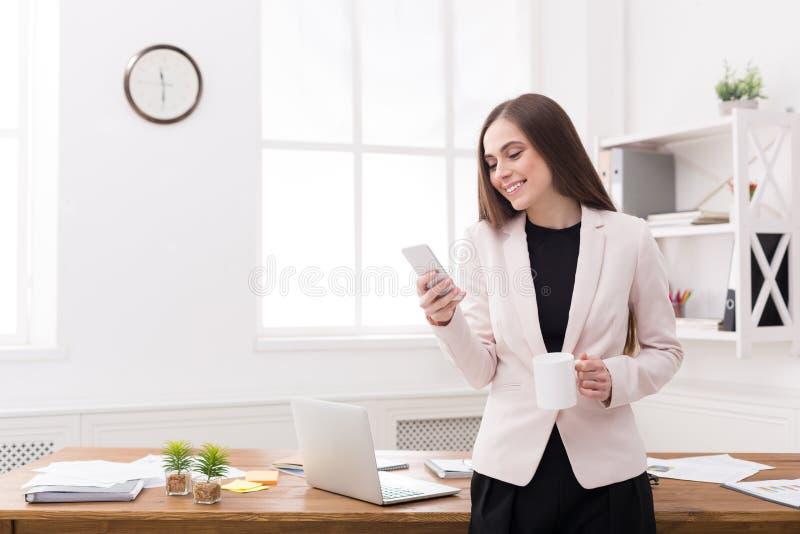Ung affärskvinna som arbetar på telefonen royaltyfria bilder