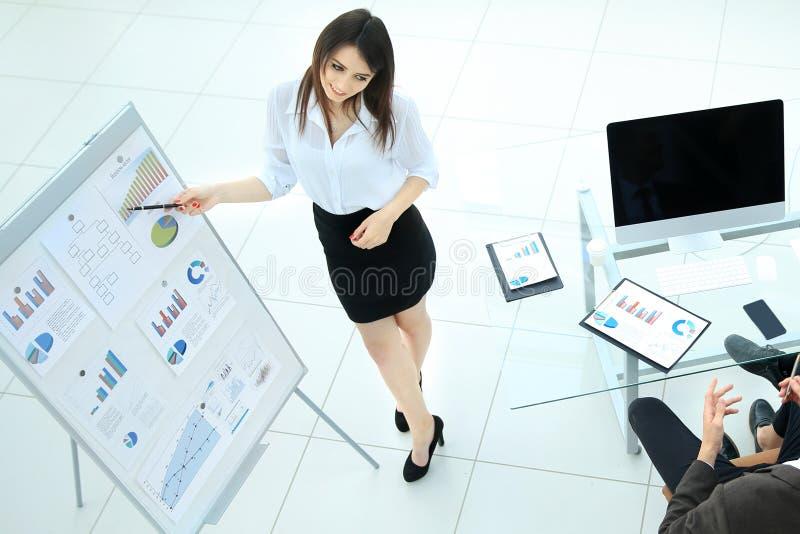 Ung affärskvinna som gör en presentation till hans affärslag royaltyfri fotografi