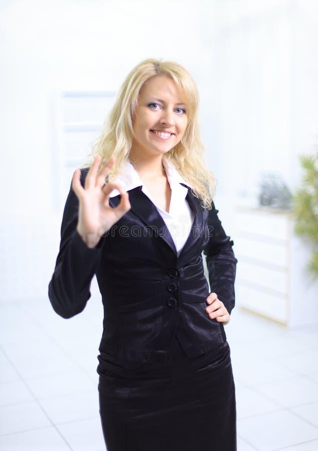 Ung affärskvinna som indikerar det ok tecknet royaltyfria foton