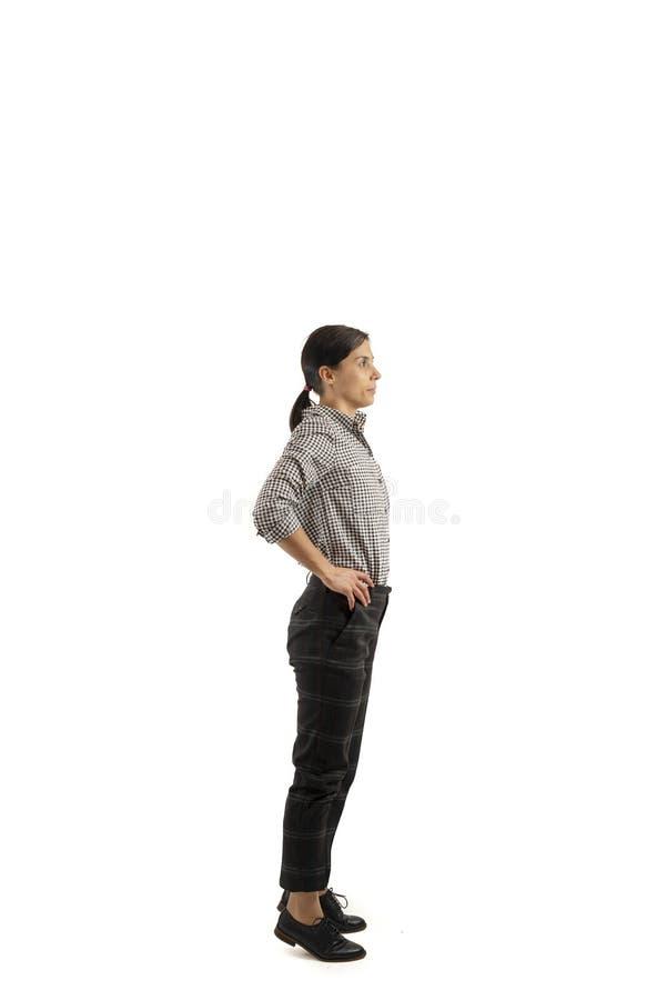 Ung affärskvinna som isoleras på vit bakgrund som gör övningar royaltyfria bilder
