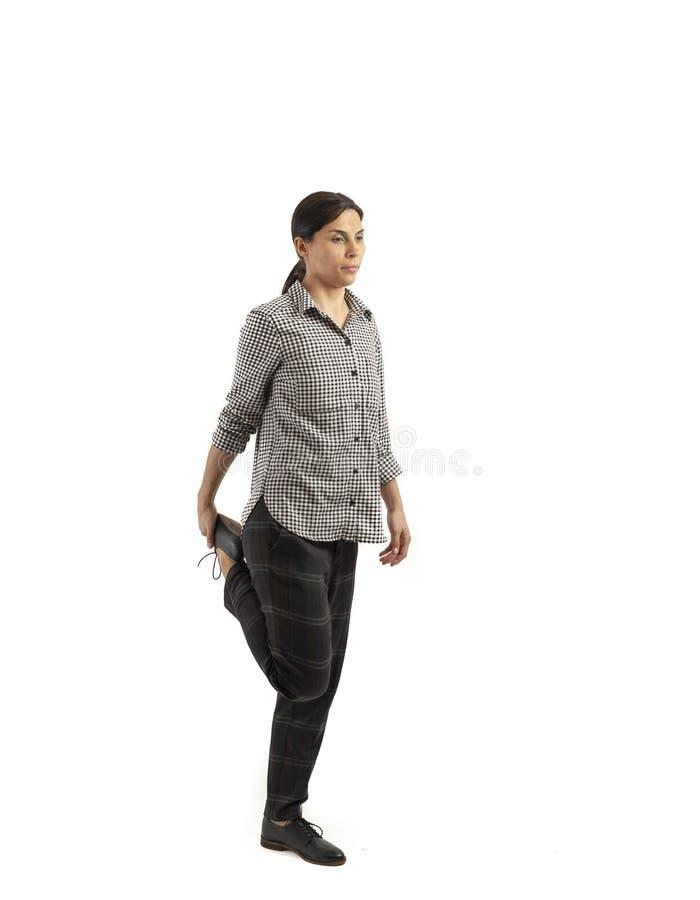 Ung affärskvinna som isoleras på vit bakgrund som gör övningar royaltyfri fotografi