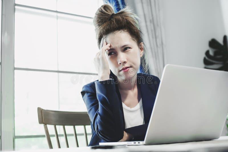 Ung affärskvinna som mycket har hårt arbete royaltyfri bild