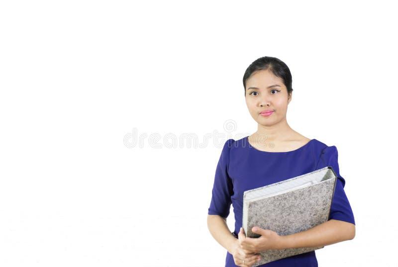 Ung affärskvinna som rymmer en mapp som isoleras på vit backgroun arkivbild
