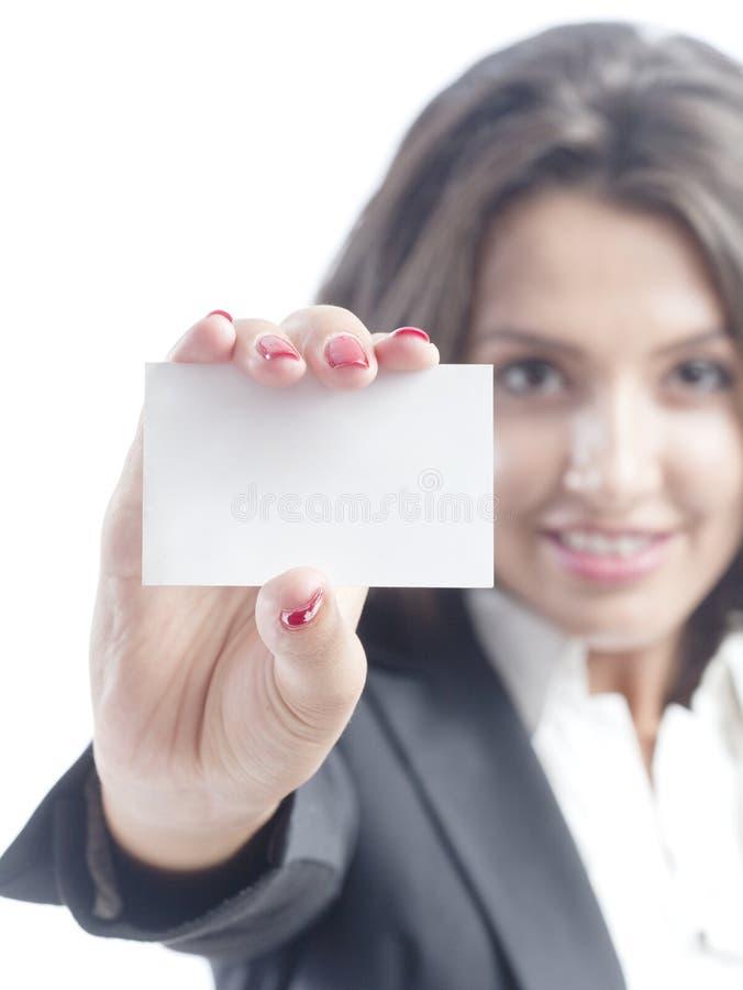 Ung affärskvinna som rymmer ett visitkort royaltyfria bilder