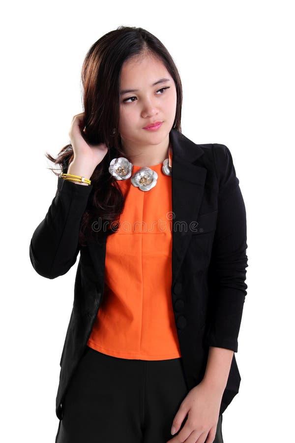 Ung affärskvinna som ser från sidan isolerad arkivbild