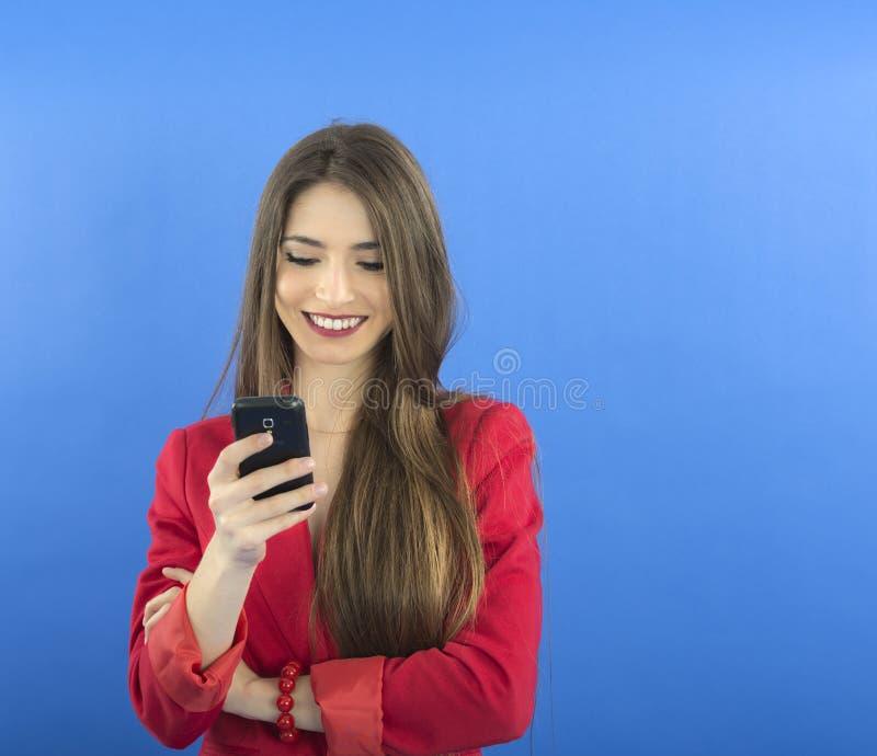 Ung affärskvinna som talar på den smarta telefonen arkivfoton