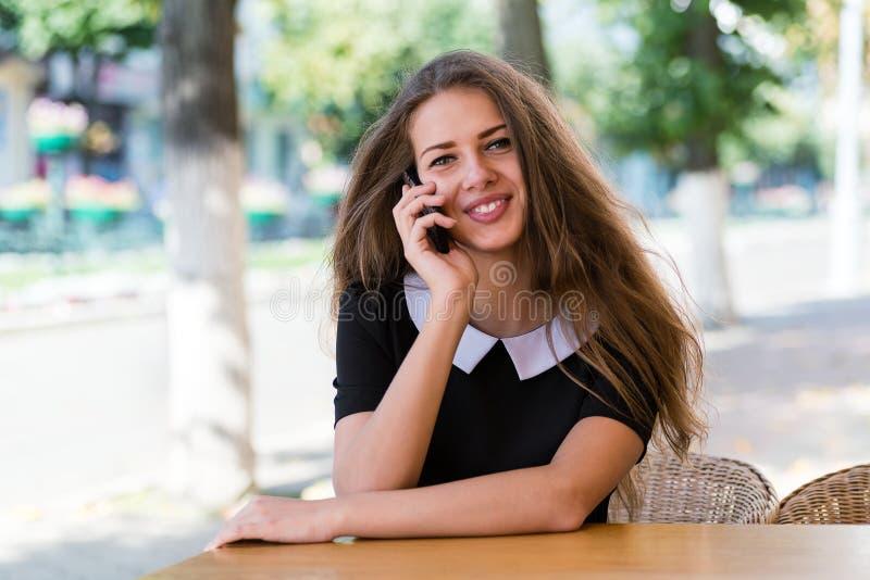Ung affärskvinna som talar på smartphonen fotografering för bildbyråer