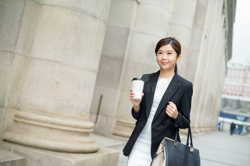 Ung affärskvinna som utanför går royaltyfria bilder