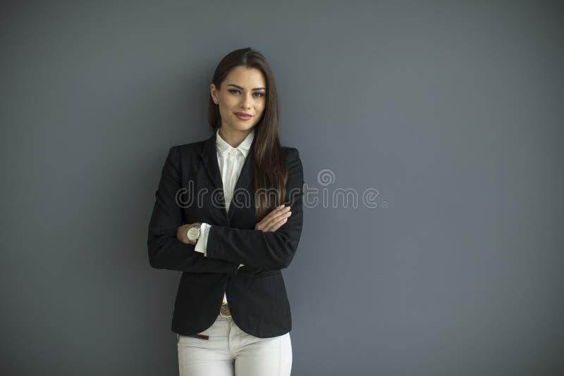 Ung affärskvinna vid väggen royaltyfria foton