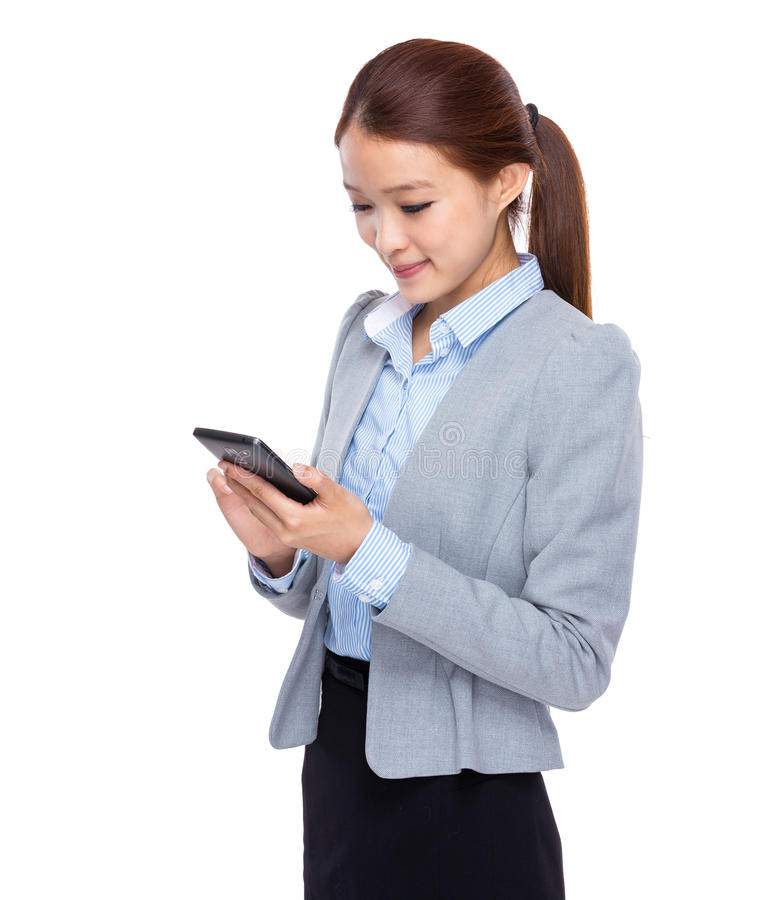 Ung affärskvinnablick på mobiltelefonen arkivbilder