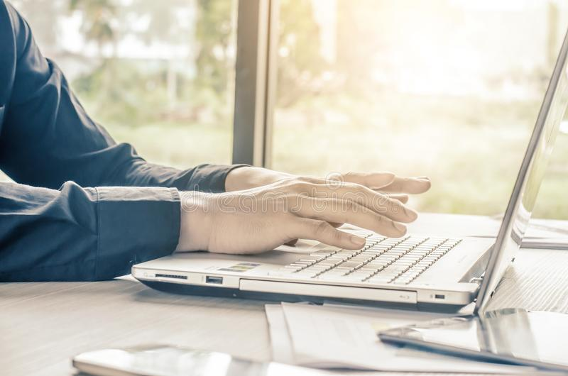 Ung affärsman eller freelancer som använder bärbar datordatoren, arkivfoto