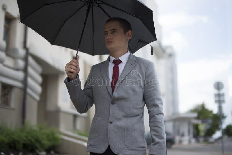 Ung affärsman i dräkt royaltyfria bilder