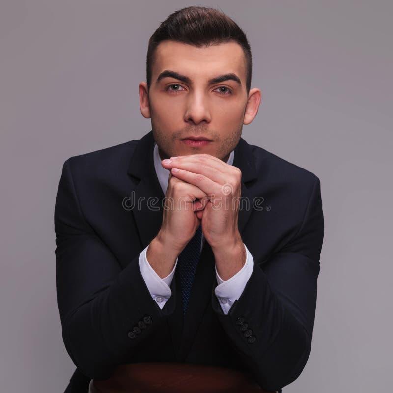 Ung affärsman i dräkten som ser rak royaltyfri bild