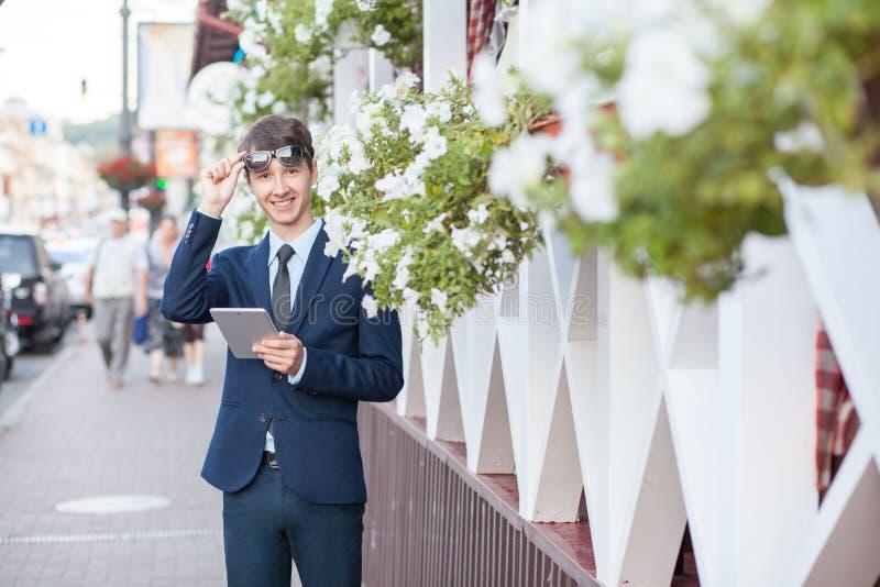 Ung affärsman i gatan med minnestavlan royaltyfri foto