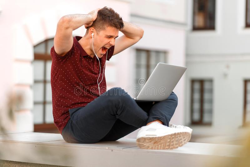 Ung affärsman med bärbar datorhållen på som ska heads, och skrin arkivfoto
