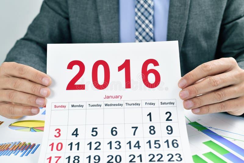 Ung affärsman med en kalender 2016 arkivbild