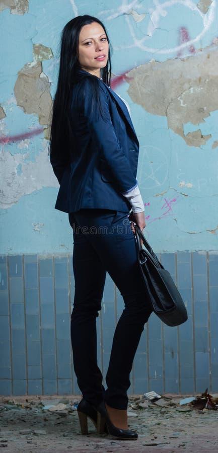 Ung affärsman med portföljen i den gamla byggnaden royaltyfria foton