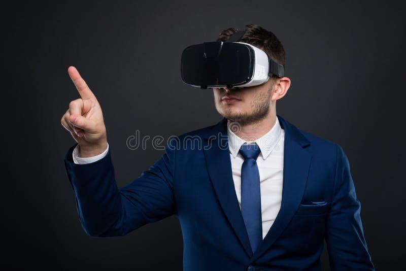 Ung affärsman med VR-exponeringsglas som pekar på copyspace arkivfoton