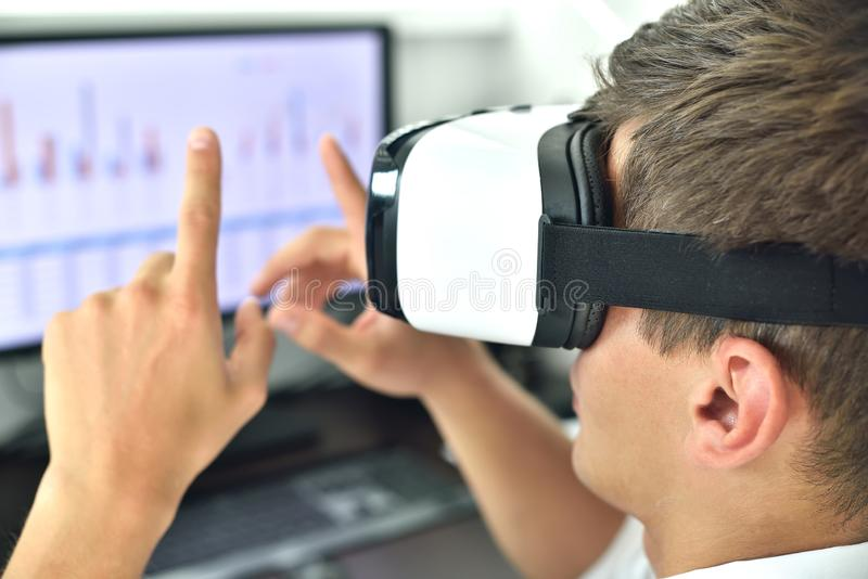 Ung affärsman med VR Headset royaltyfri foto