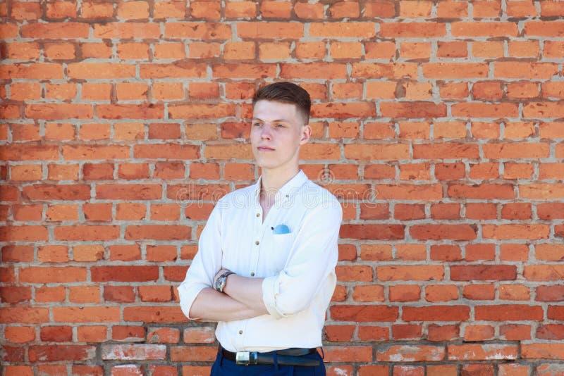 Ung affärsman mot tegelstenväggen royaltyfri bild