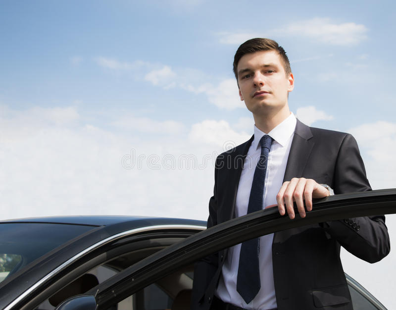 Ung affärsman nära bilen arkivfoton