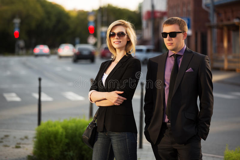 Ung affärsman och kvinna på stadsgatan royaltyfri fotografi