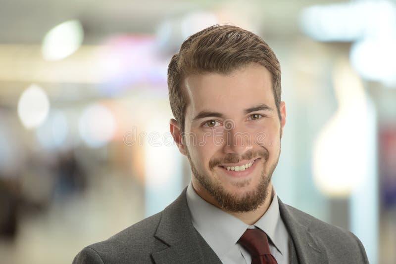 Ung affärsman på flygplatsen arkivfoto