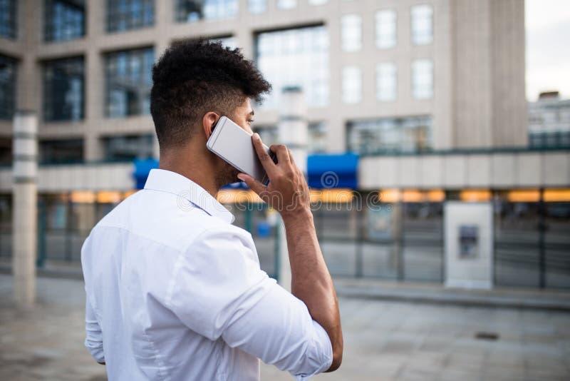 Ung affärsman på stadsgatan royaltyfria bilder