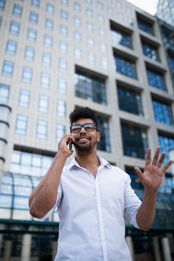 Ung affärsman på stadsgatan arkivfoto