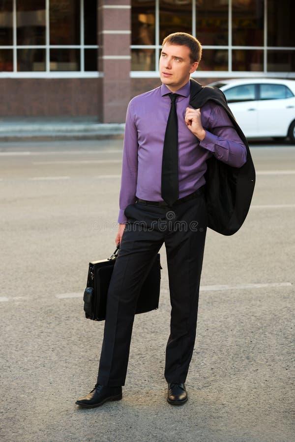 Ung affärsman på stadsgatan arkivbilder
