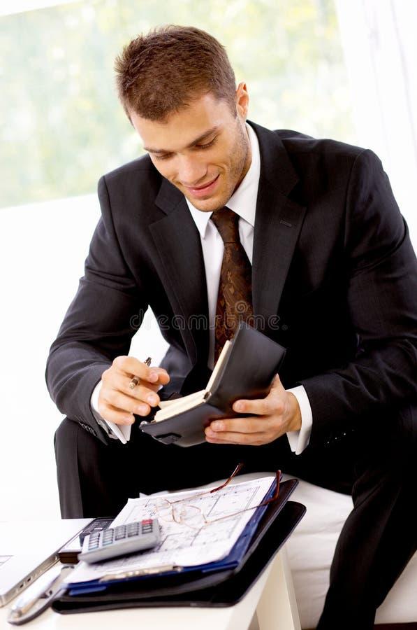 Ung affärsman Reading Sales Notes royaltyfria bilder