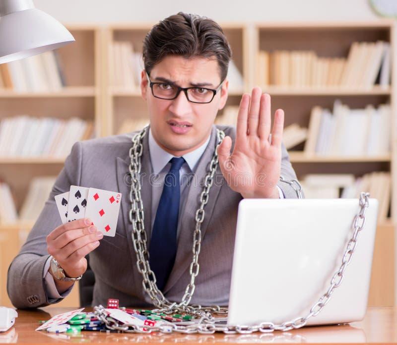 Ung affärsman som är beroende av hasardspelkort online som spelar in t royaltyfria foton