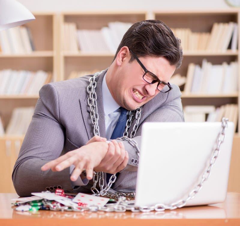 Ung affärsman som är beroende av hasardspelkort online som spelar in t arkivfoton