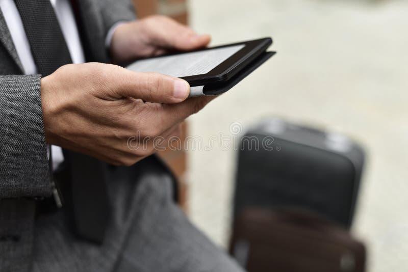 Ung affärsman som använder en minnestavla arkivfoton