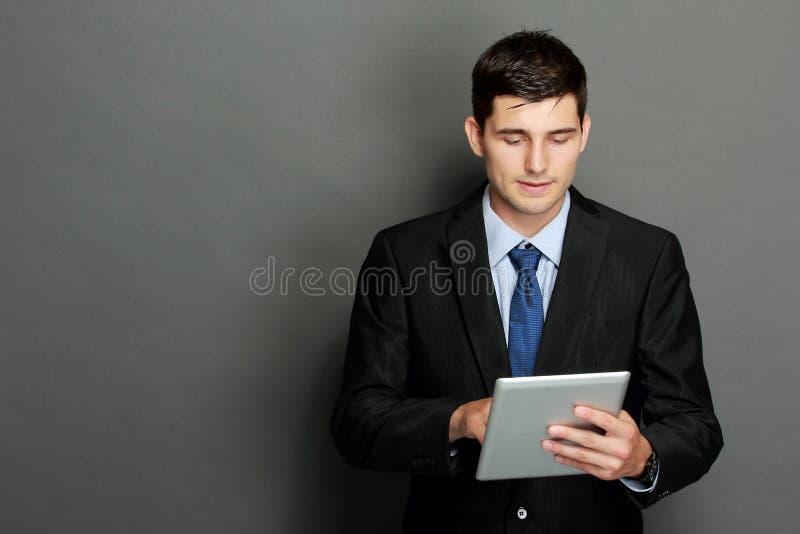 Ung affärsman som använder minnestavlaPC arkivbilder