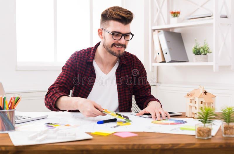 Ung affärsman som arbetar med dokument royaltyfri foto