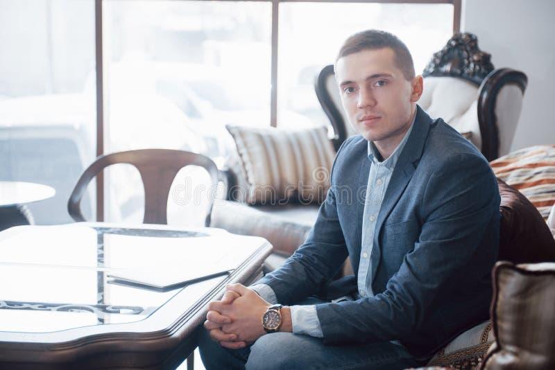 Ung affärsman som arbetar på modernt vindkontor Man den bärande vita skjortan och att använda den moderna bärbara datorn panorama royaltyfri fotografi