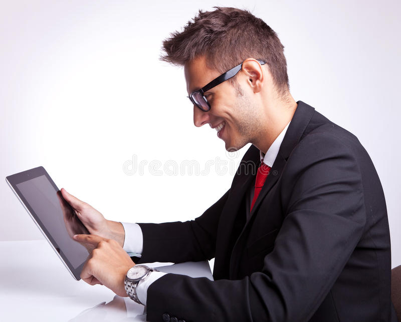 Ung affärsman som bläddrar på hans tabletblock arkivbilder