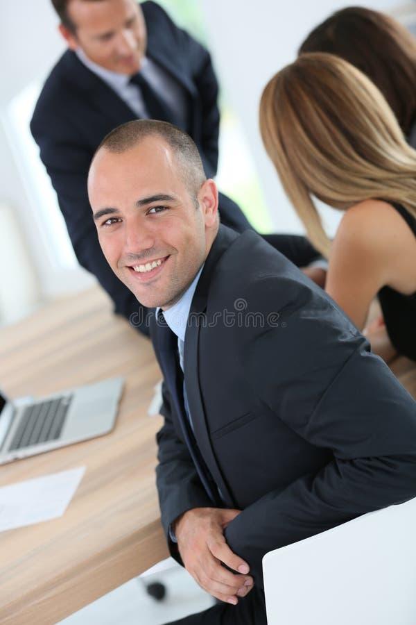 Ung affärsman som deltar i möte arkivfoto