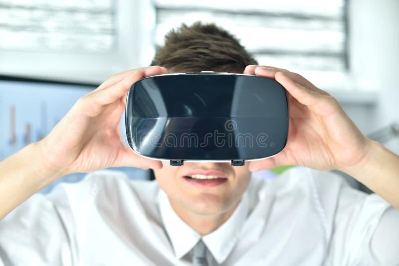 Ung affärsman som har Googles virtuella verklighet royaltyfri fotografi