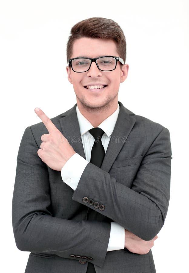 Ung affärsman som pekar till sidan på kopieringsutrymme fotografering för bildbyråer