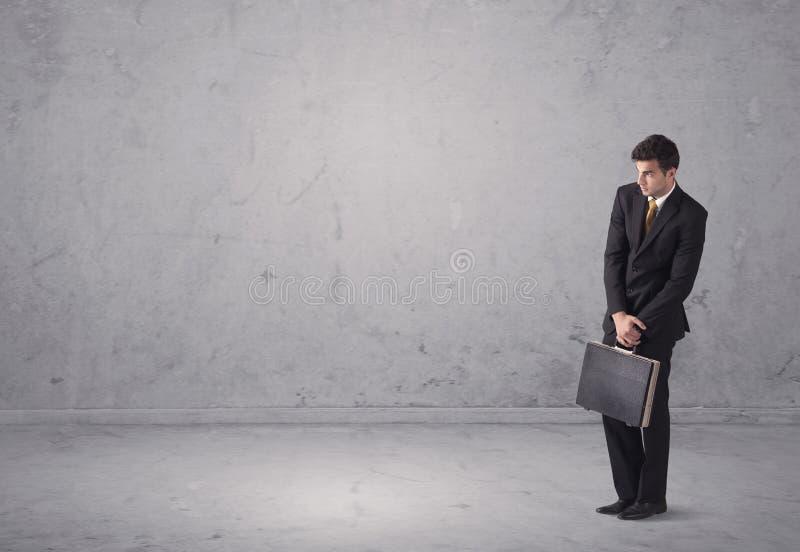 Ung affärsman som står förvirrad fotografering för bildbyråer
