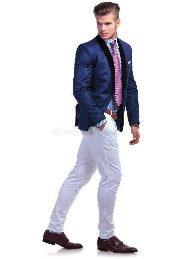 Ung affärsman som tillbaka går och ser royaltyfri bild